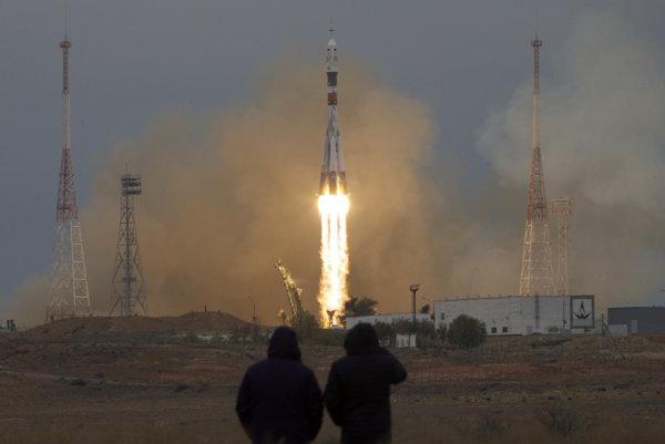 Na snímke štart rakety Sojuz MS-02 s trojčlennou posádkou.