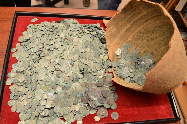 Poklad strieborných mincí z Devínskej Novej Vsi. Ak by ho chcel nálezca predať na čiernom trhu, pravdepodbne by zaň sumu tridsaťtisíc eur nezískal, myslia si pamiatkari.