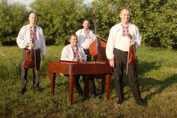 Zoskupenie momentálne pôsobí vobsadení: Michal Oťapka – husle, Michal Budinský – cimbal, Slavomír Šurina – viola, Milan Gonda – kontrabas.
