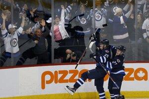 Patrik Laine (29) z Winnipegu Jets sa raduje z gólu so spoluhráčom Nikolajom Ehlersom.