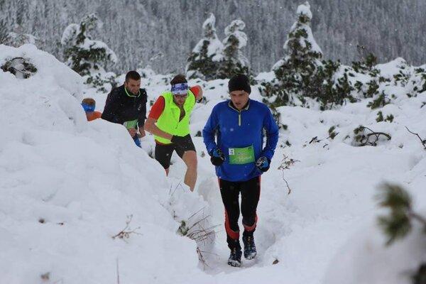 Bežci sa museli tento rok vyrovnať aj so snehovou nádielkou.