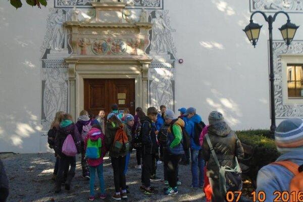 Pred vstupom do renesančného zámku vBytči.
