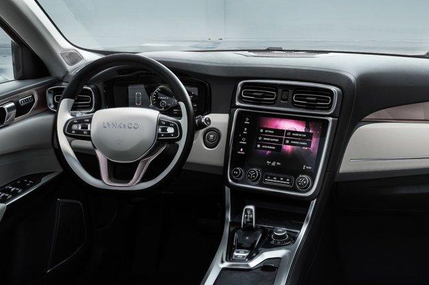 Interiér automobilu vybavený 10-palcovou obrazovkou na stredovej konzole pôsobí elegantne