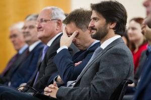 V popredí minister vnútra Robert Kaliňák, za ním minister financii Peter Kažimír.