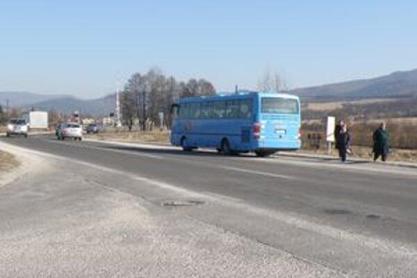 Poluvsania sa priechodu na frekventovanej ceste možno ani nedočkajú.
