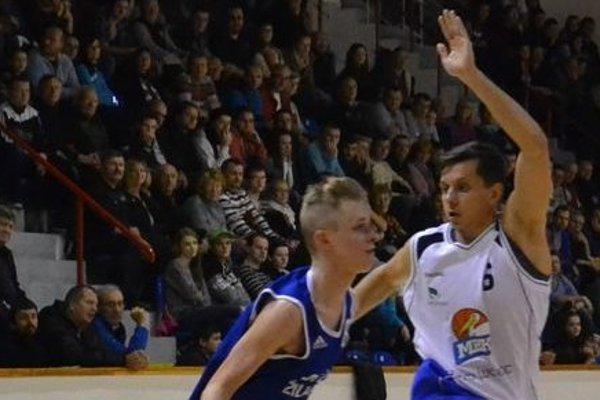 Petar Živković (v bielom) sa opäť predstaví v drese Lučenca.