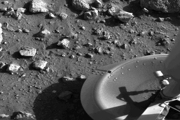 Prvý snímok z povrchu Marsu priniesla 20. júla 1976 sonda Viking 1.