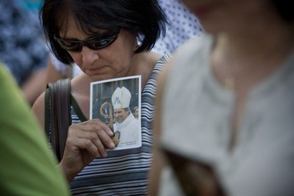 Veriaca sa modlí na podporu odvolaného arcibiskupa Roberta Bezáka.