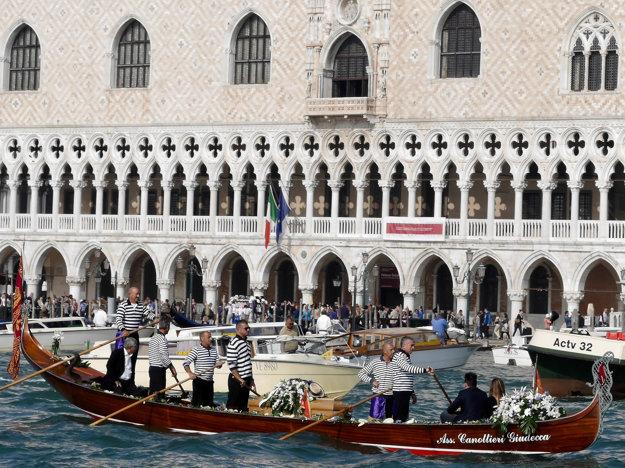 Benátky sú preslávené gondolami.