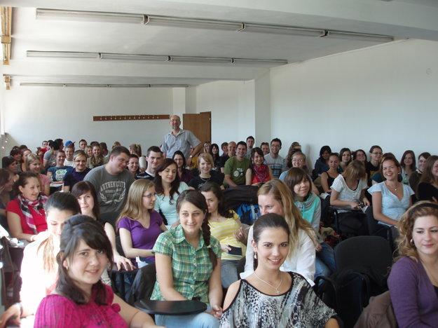 Medzi študentmi na prednáške.