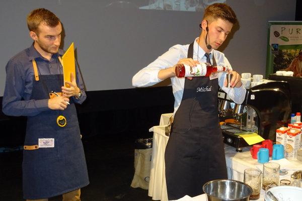 Michal Šuhajda (vpravo) vyhral baristickú súťaž v Prievidzi.