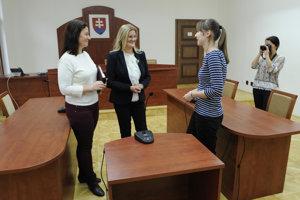 Uprostred predsedníčka Krajského súdu v Prešove Anna Kovaľová, vľavo hovorkyňa súdov v pôsobnosti Krajského súdu v Prešove Ivana Petrufová počas Dňa otvorených dverí.