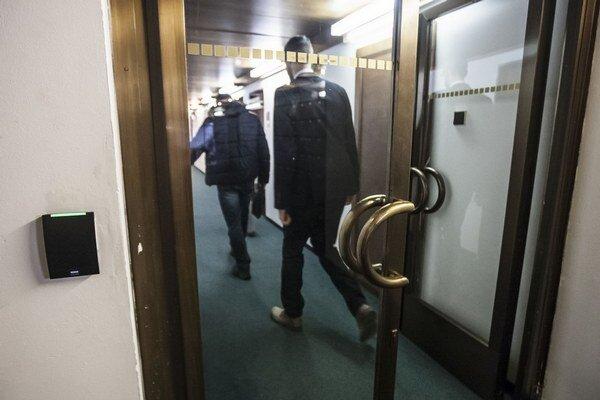 Poslanci za dvere, rozhodol Pavol Paška.