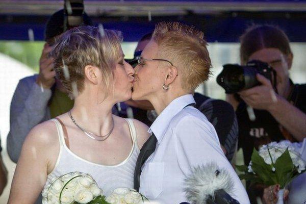Na Dúhovom pochode sa v Bratislave symbolicky prvý raz u nás sobášili homosexuálne páry.