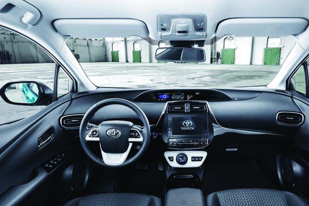 Hlavné prístroje sú v strede prístrojovej dosky. Hlavnou pohonnou jednotkou novej toyoty je 1,8-litrový motor s maximálnym výkonom 73 kW, maximálny výkon v elektrickom režime je 68 kW.