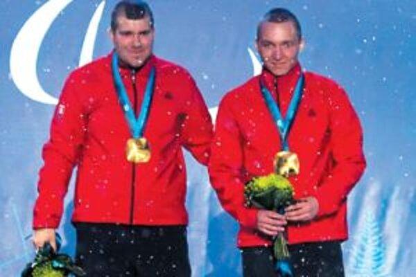 Jakub Krako (vpravo) a Juraj Medera na stupni víťazov na paralympiáde vo Vancouvri.