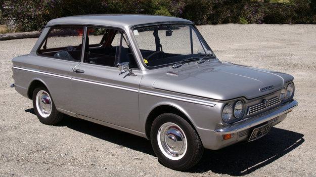 Bolo bežné, že v rámci koncernu sa vyrábali technicky a opticky zhodné modely, ako tomu bolo napríklad i v tomto prípade. Zatiaľ, čo na domácej pôde sa predával pod značkou Hillman Imp, v zahraničí to bol Sunbeam Imp.