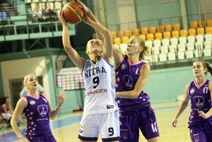 V bielom drese najlepšia strelkyňa Nitry Linda Dubeňová. Vo fialovom Popradčanky (zľava) Theiner, Hadačová a Grigerová.