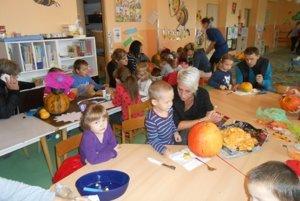 Deťom pomáhali rodičia aj starkí.