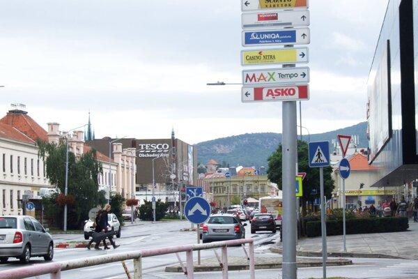 Tabuľky na stĺpoch verejného osvetlenia ukazujú smer k rôznym firmám, napríklad aj ku kasínu.