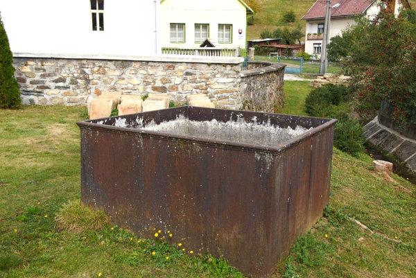 Kašňa na vodu vMarkuške. Podľa slov domácich ju tu premiestnili zHankovej.