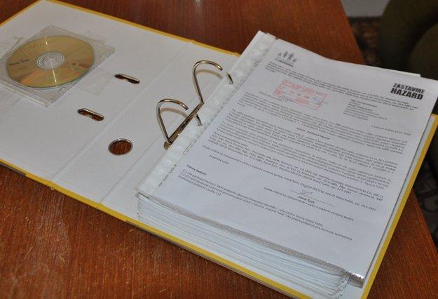Petičné hárky s CD. Nachádza sa na nich 5437 podpisov.