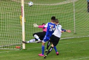 Jediný gólový moment zápasu - po rohovom kope zblízka prekonal Rusznáka kapitán hostí Podlucký.