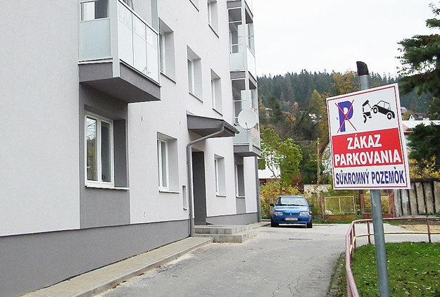 Pri obidvoch bytovkách v susedstve nemocnice sú značky zákaz parkovania.