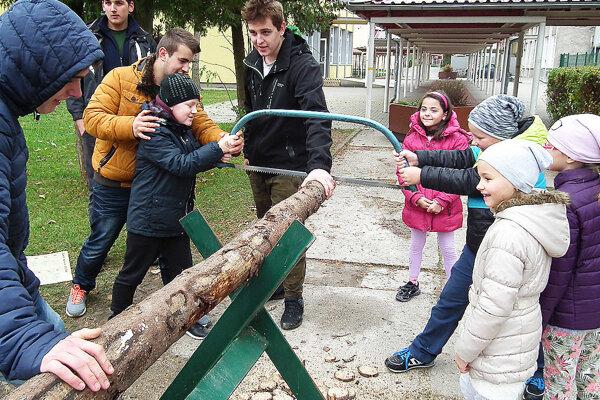 Deti si mohli samé vyskúšať, že pílenie dreva nie je až také jednoduché, ako sa zdá.