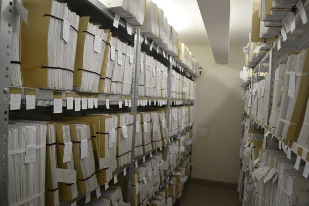 V archíve. Sú tisícky spisov.