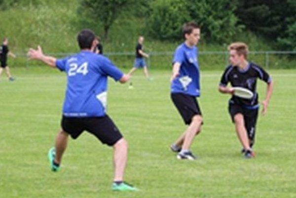 Frisbee si nachádza medzi mladými ľuďmi stále viac a viac nadšencov.