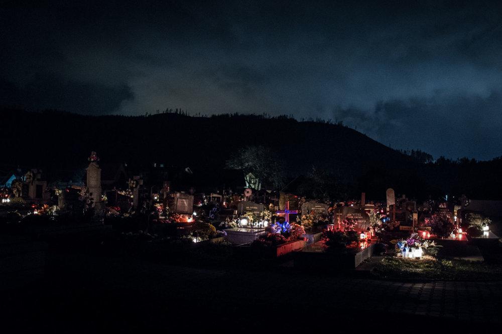 Vyzdobený cintorín v podtatranskej obci Spišské Bystré