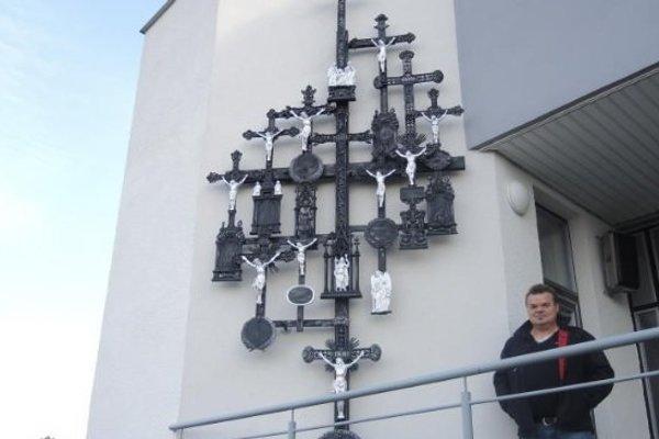 Monument na dome smútku a jeho zhotoviteľ Miroslav Mrázik.