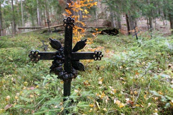 Dokonalé ticho, iba šum stromov a spev lesných vtákov. To je zabudnutý cintorín na Zamperku.