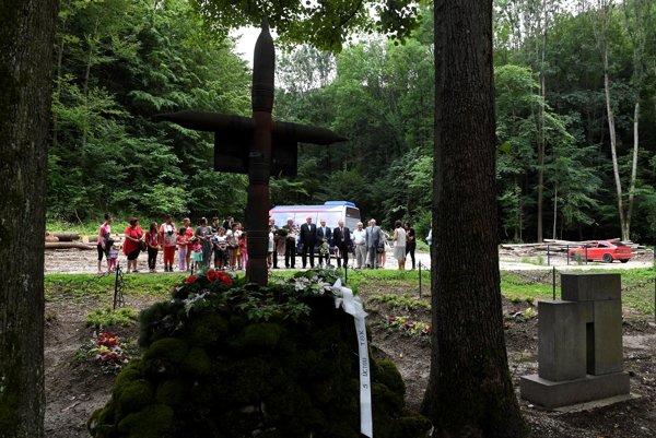 Účastníci spomienkovej slávnosti pri príležitosti Pamätného dňa rómskeho holokaustu, 1. augusta 2016 v Dubnici nad Váhom.