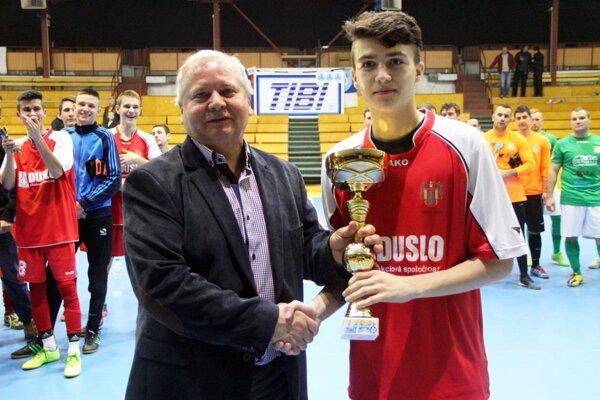 Na 16. ročníku blahoželal Tibor Rábek k triumfu dorastencom Dusla Šaľa, trofej preberal Miroslav Kudry.