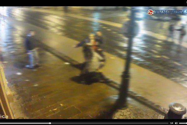Maroš Paška (v červenej mikine). Bije na ulici mladú ženu.