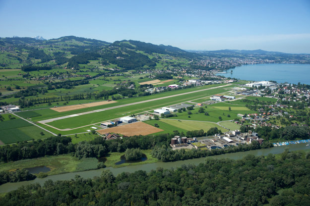 Letisko v St. Gallen-Altenrhein je na brehu Bodamského jazera v tesnej blízkosti rakúskej hranice.