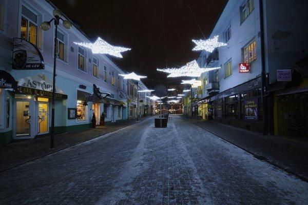 Vianočná výzdoba v popradskom centre.