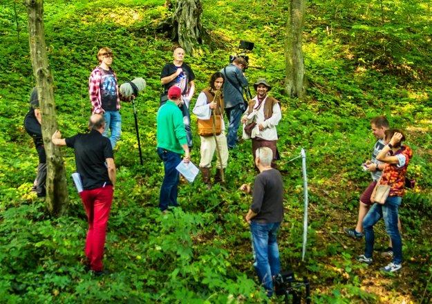 Herci Peter Creek Orgován a František Balog. V príbehu Ako vznikli Karpaty – natáčanie v lesoch pri Medzeve.