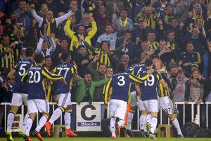 Futbalisti Fenerbahce Istanbul oslavujú gól Sowa.