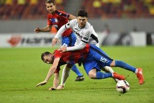 Hráč Viktorie Plzeň Michal Krmenčík padá po súboji s jedným z hráčov Astry Giurgiu.