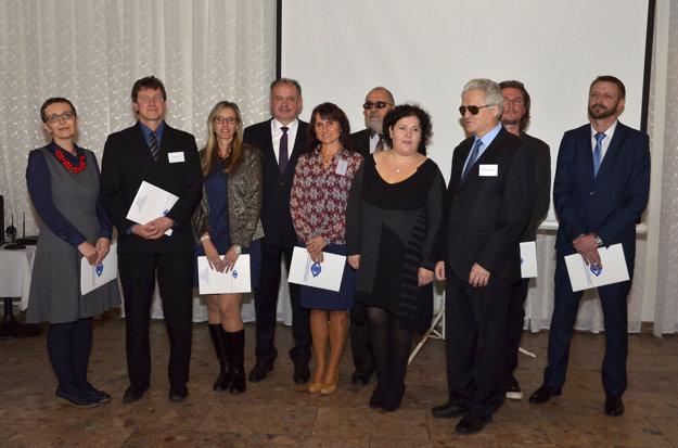 Prezident Andrej Kiska s ocenenými za nezištnú podporu organizácii a ľuďom so zrakovým postihnutím.
