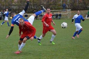 Jacovce (v červenom) doma porazili Radošinu. Prvý gól strelil Kúdela (vzadu), druhý Beňo (vpredu).