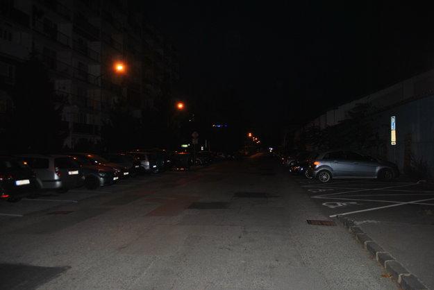 Žižkova 23 – 33. Do piatku boli rezidentské všetky parkovacie miesta. Na tých vpravo už môžu po novom parkovať napríklad aj návštevníci podujatí v Steel Aréne.
