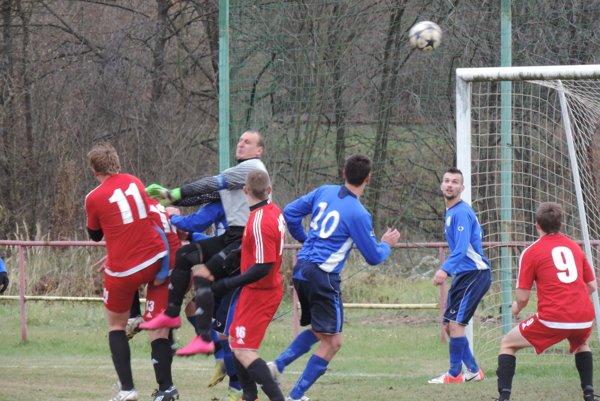Úvodný gól duelu Krásny Brod – Belá nad Cirochou (3:0).