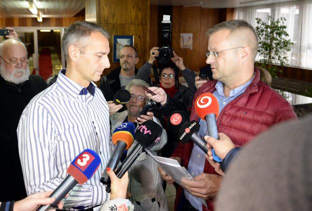 Vpravo predseda petičného výboru Igor Petrovčík informuje primátora Košíc Richarda Rašiho o odovzdaní petície.