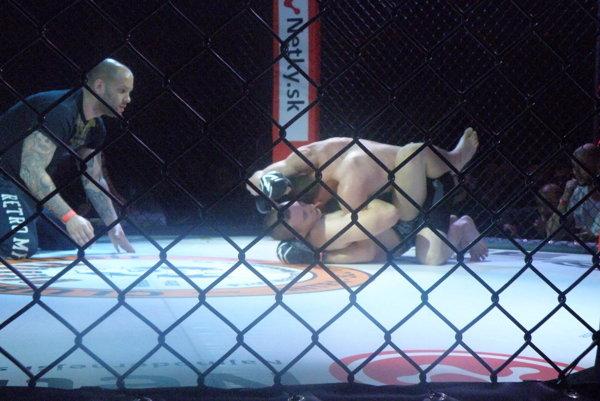 Nekompromisné boje aj na zemi, avšak za prísneho dozoru rozhodcu. To je MMA.