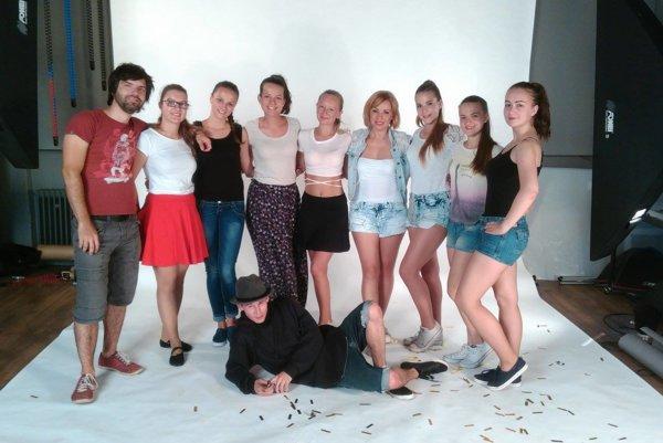 Skupina Sunlips si do klipu prizvala množstvo tanečníkov.