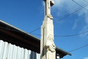 Kamenári si dali záležať, kríž vyzerá lepšie ako pred zničením.